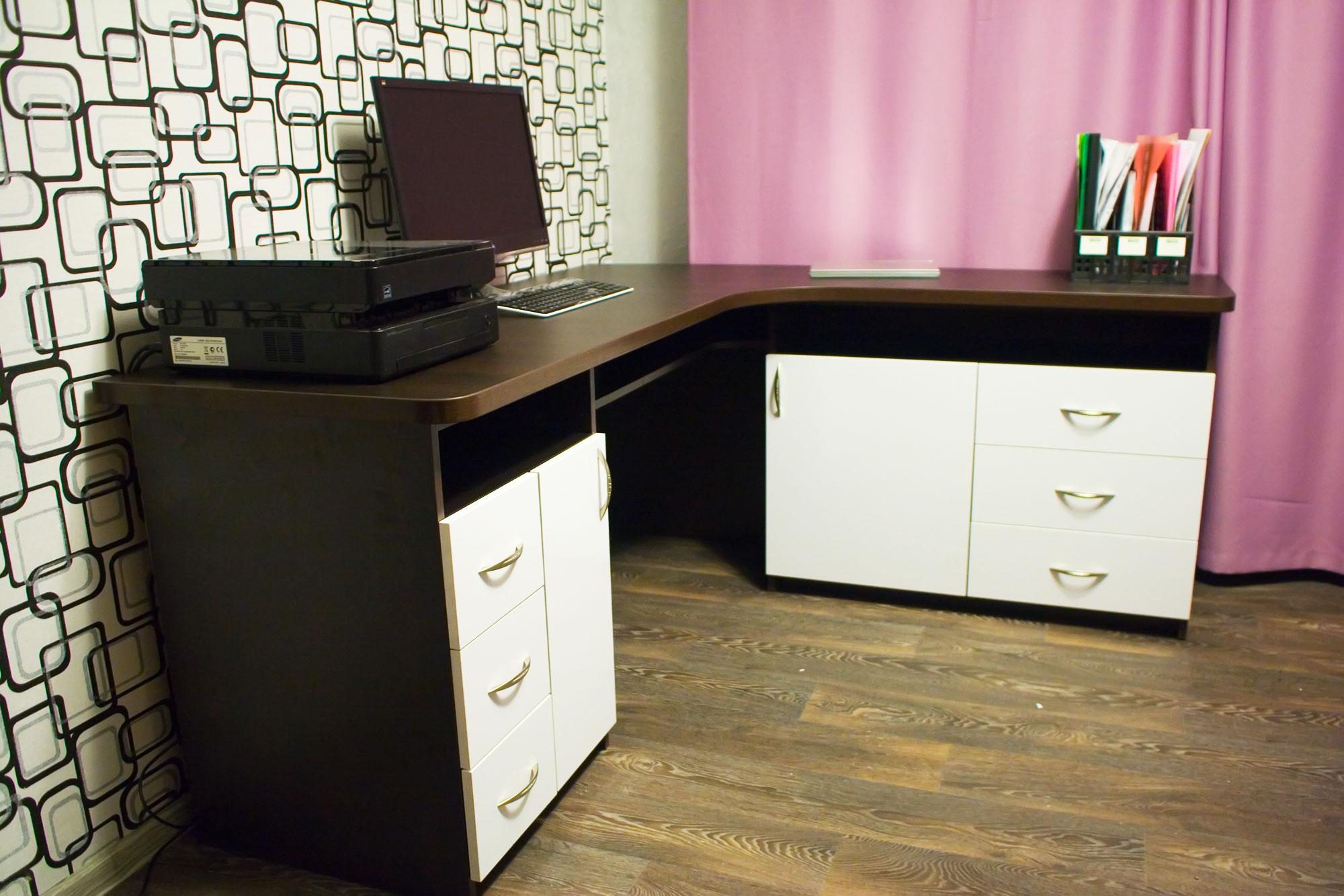 Угловой компьютерный стол в интерьере - 90 фото необычного д.